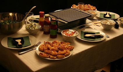 raclette racletteofen f r einen gem tlichen abend mit freunden. Black Bedroom Furniture Sets. Home Design Ideas