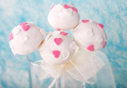 Weiße Cake Pops mit Herzchen