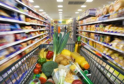 Ein Einkaufswagen mit Gemüse beladen