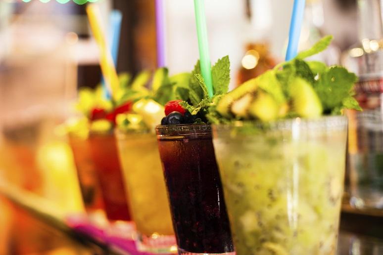 Mehrere Cocktails und Erfrischungsgetränke