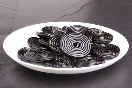 Lakritzschnecken auf einem Teller