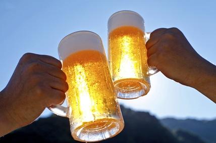 Zwei Bierkrüge beim Anstoßen