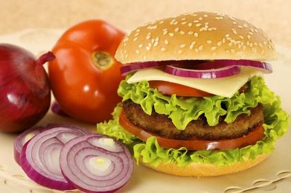 Burger mit Tomate und Zwiebel