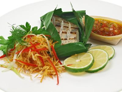Gegrillter Fisch im Banenenblatt mit Beilagen