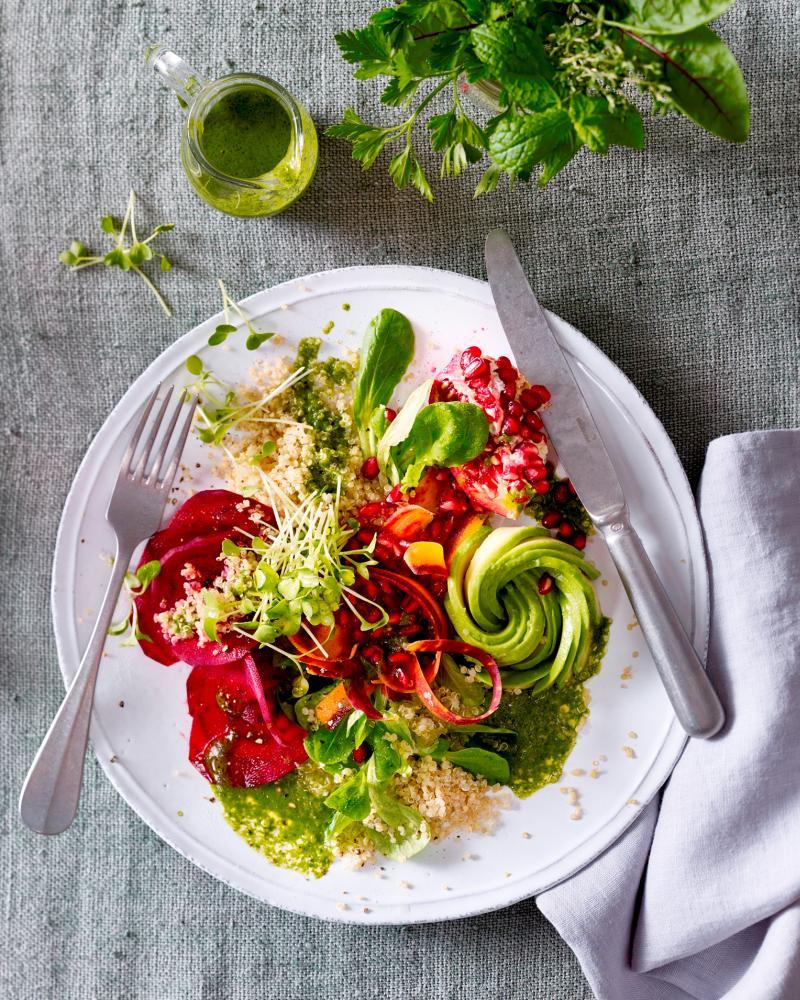 Rezeptidee von Emcur: Superfood-Salat mit Matcha-Dressing